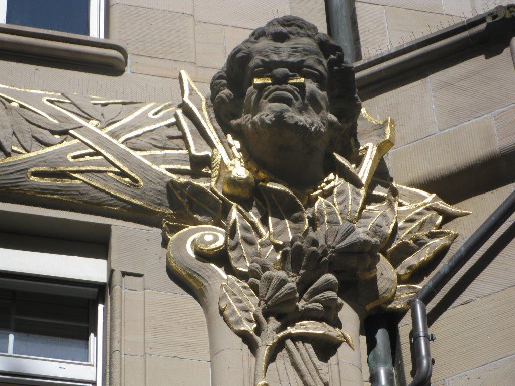 Indogener Skulptur an Fassade