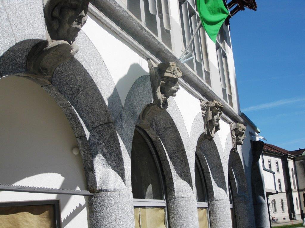 Gebäude mit Skulpturen