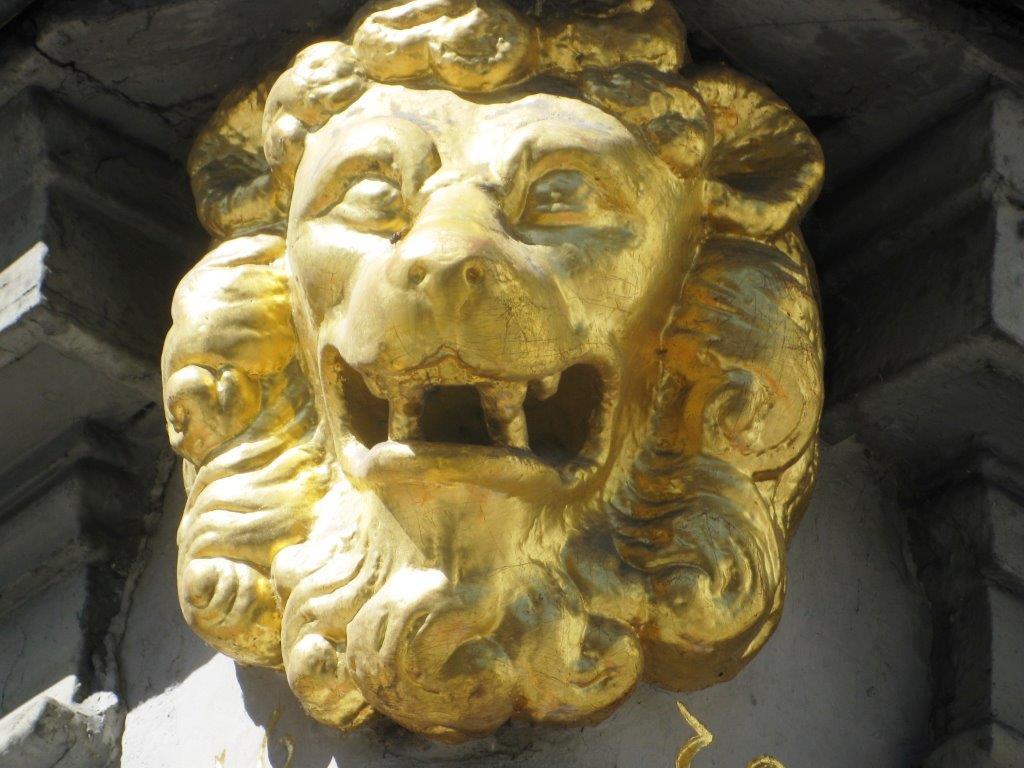 Goldener Löwen Kopf Skulptur