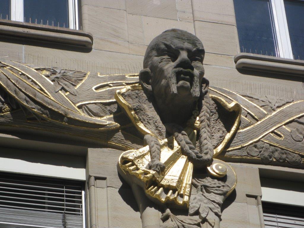 Mann Skulptur an Fassade