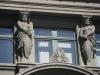 Skulpturen an Fassade zwei Männer mit Schild